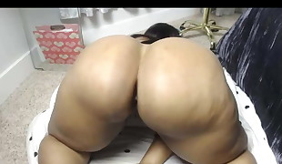 Beautiful black women shakes fat ass and squirts all over
