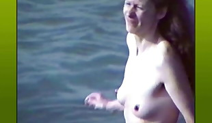 Sans bra with hard puffies at the beach