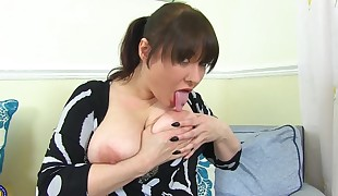 Big-boobed all-natural mommy with unbelievable humungous bootie